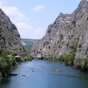 Úžasný kaňon Matka protkaný jeskyněmi pár kilometrů od Skopje