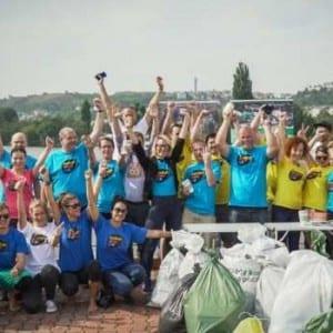 Dobrovolníci uklízeli nábřeží Vltavy