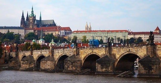 castle-and-bridge-in-prague-725x350