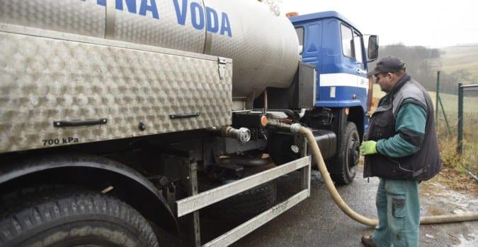 Pracovník obecního úřadu Jiří Fojtík přečerpával pitnou vodu z cisterny do vodojemu 7. prosince 2018 v Nedašově Lhotě na Zlínsku. Obec trápí sucho i v zimním období. Požádala proto o zapůjčení cisterny na pitnou vodu ze skladů Správy státních hmotných rezerv (SSHR). Správa má v případě sucha k dispozici dostatek techniky, jde o stovky kusů, sklady má po celé republice.