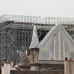 Katedrálu Notre-Dame chrání před deštěm provizorní plachta
