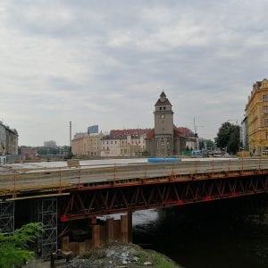 Betonáž byla úspěšná, stavaři začali uvolňovat podpěrnou konstrukci mostu v Olomouci