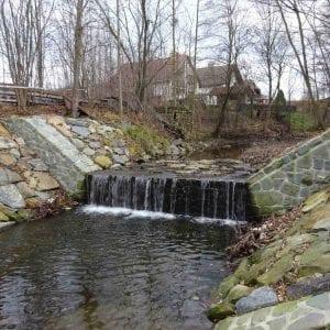 Koryto Hážovického potoka stabilizovaly prahy a stupně z přírodních materiálů