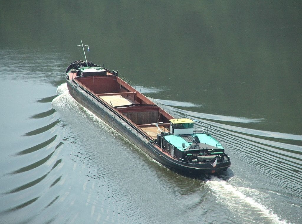 1024px-Cargoshipelbecz02